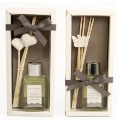 2 assorted gift sets with reed diffusers and clay decorations