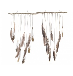 An on trend feather decoration perfect for adorning your wall this season.