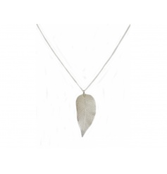An on trend fashion necklace with a beautiful leaf design. A great fashion accessory this season.