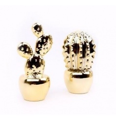 A mix of 2 on trend gold cactus decorations. A chic decorative accessory.